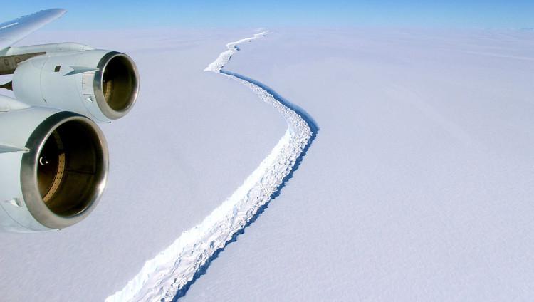 Vết nứt ở rìa thềm băng Larsen C nhìn từ trên cao.