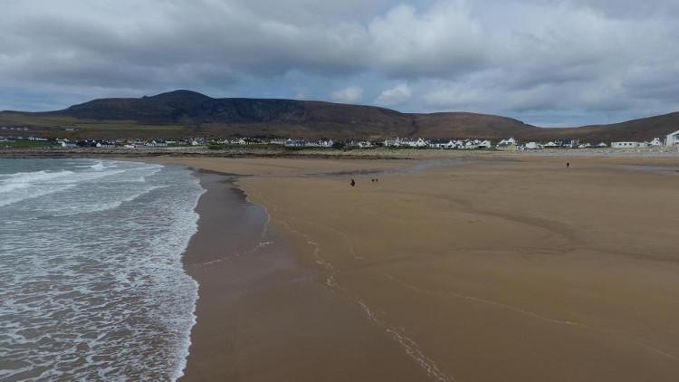 Hàng đống cát được bồi đắp chỉ sau một tuần, khiến cư dân địa phương hết sức vui mừng.