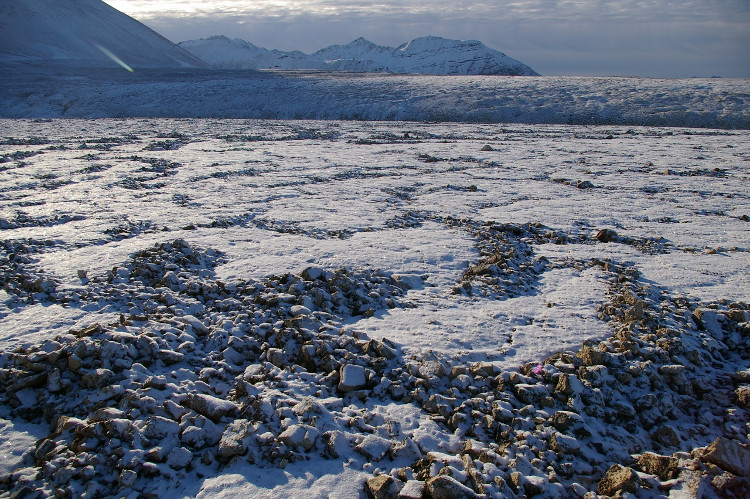 Khi nhiệt độ ở vòng Bắc Cực tăng, tầng đất đóng băng vĩnh cửu tan chảy, giải phóng nhiều virus nguy hiểm.