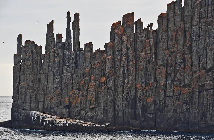 Những vết nứt cho phép bên trong khối đá được làm mát và kết quả tạo ra nhiều vết nứt hơn.