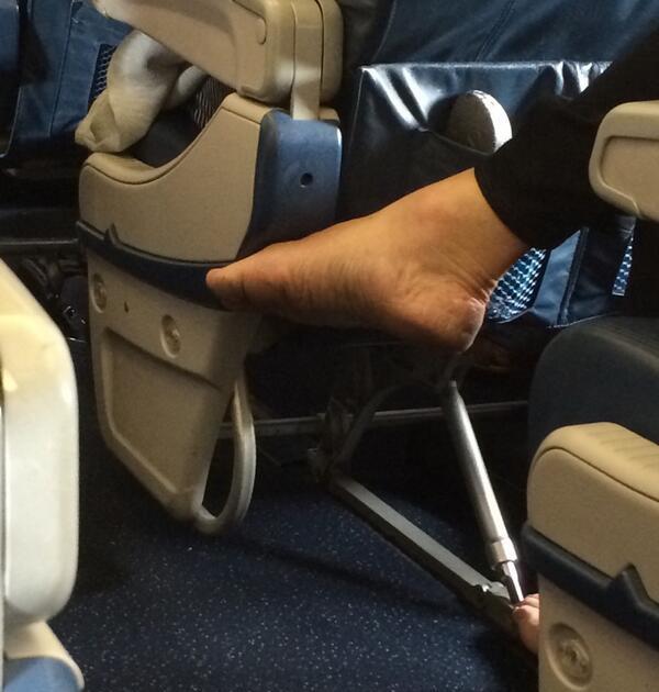 Cởi giày trên máy bay là điều không được khuyến khích chút nào.