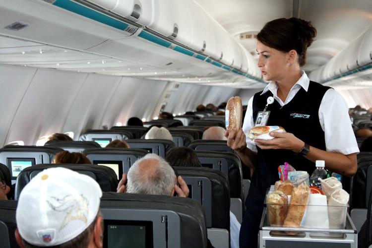 Chúng tôi phục vụ tất cả mọi người trên chuyến bay.