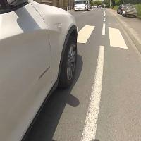 Ảo giác xe hơi chạy trên đường dù bánh xe không hề quay