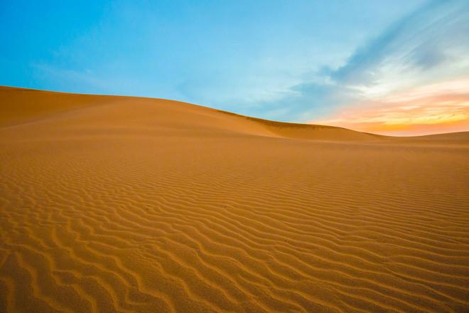 Gió vẽ nên những đường chạy dài trên mặt cát của những cồn cát Tottori.