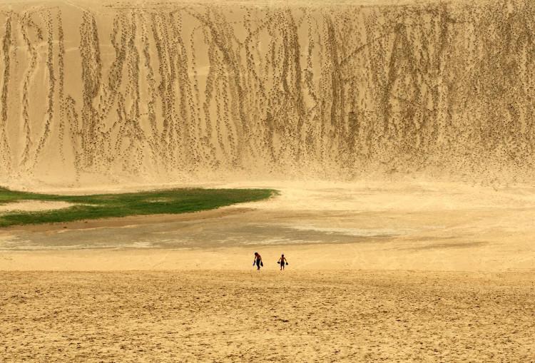 Hai đứa trẻ đang xách nước trong sự mệt mỏi ở những cồn cát cao của Tottori