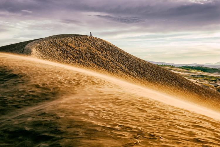 Gió biển quét qua những cồn cát dọc theo bờ biển thành phố Tottori của Nhật Bản.