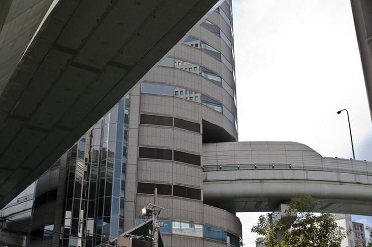 """Ba tầng """"văn phòng"""" đặc biệt này được đề là """"đường cao tốc Hanshin""""."""