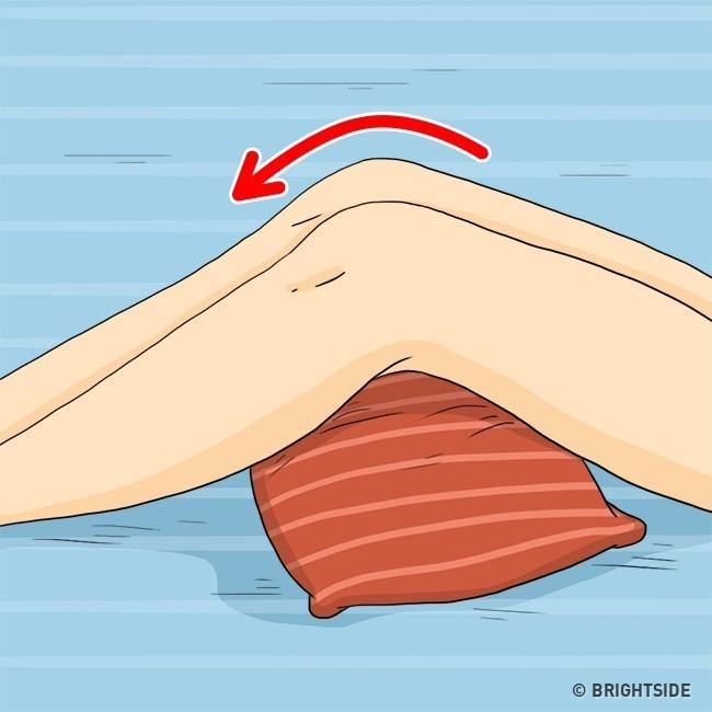 Đặt gối dưới đầu gối có tác dụng giúp cải thiện lưu lượng máu.