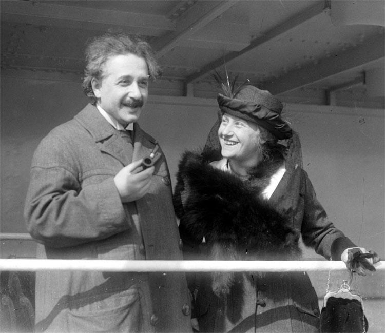 Người vợ thứ hai của Einstein là Elsa, em gái họ của mình.