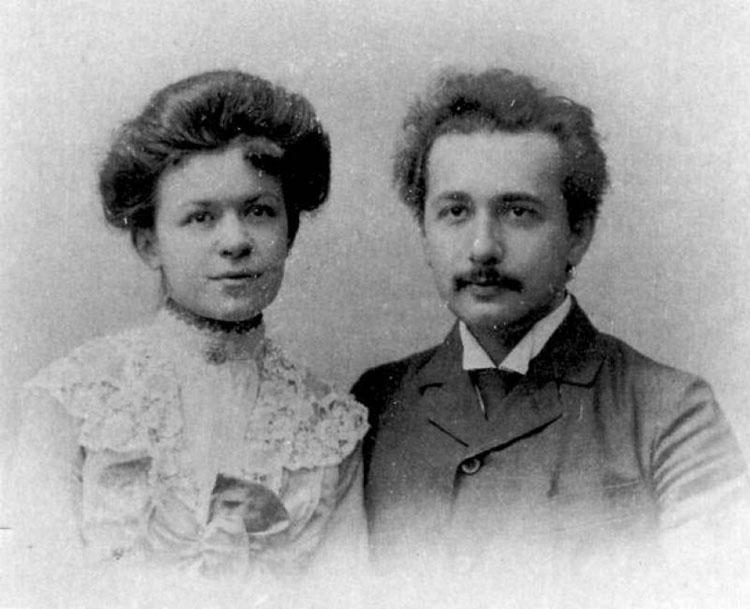 Einstein cùng người vợ đầu tiên của mình là bà Mileva Maric.
