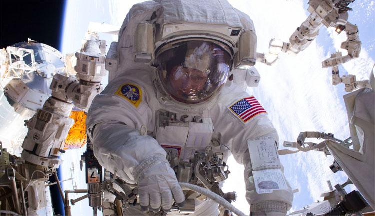 Nhà du hành Mỹ đi bộ ngoài không gian.