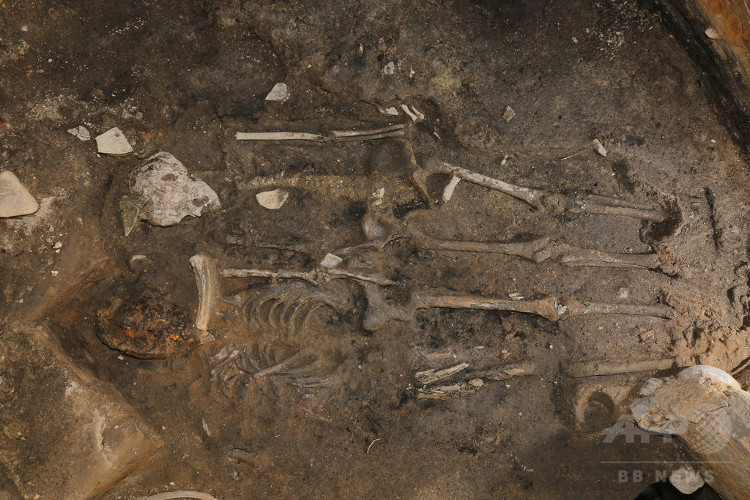 Hai bộ xương nằm cạnh nhau được tìm thấy tại góc tường đất đá