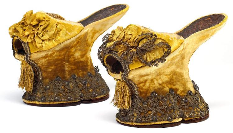 Một đôi Chopine được thêu thùa rất công phu, cầu kỳ.