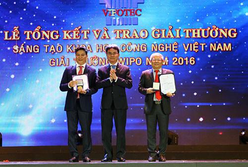 Tiến sĩ Lê Văn Tri (ngoài cùng bên phải) nhận giải nhất Vifote ngày 16/5.