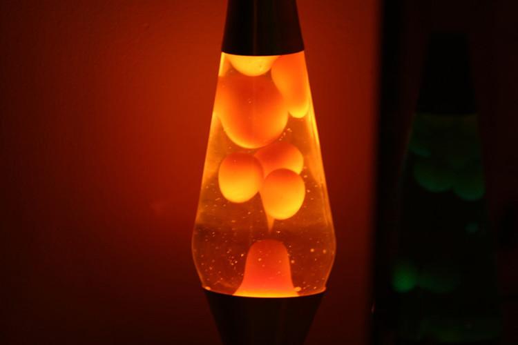 Ảnh minh họa chiếc đèn nham thạch với những quả cầu nóng chảy di chuyển theo chu kỳ lên xuống.