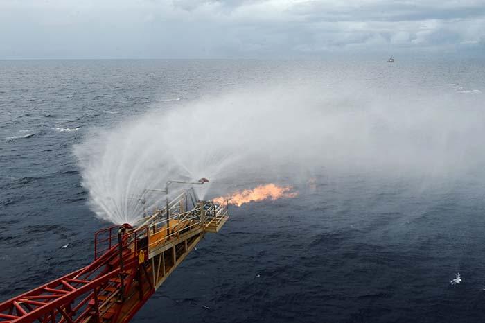 Khí đốt thoát ra từ một giàn khoan khai thác băng cháy dưới Biển Đông