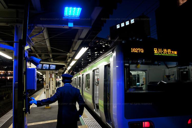Từ ngày lắp đèn màu xanh, số lượng người nhảy xuống đường ray tự vẫn đã giảm đi đáng kể.