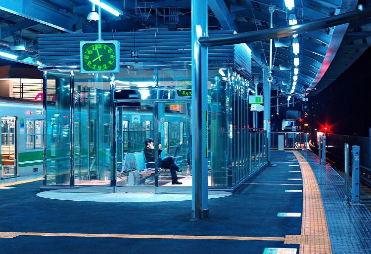 Chính phủ Nhật Bản đã lắp đèn có màu xanh da trời nhạt tại ga tàu điện chứ không phải đèn vàng hay trắng.