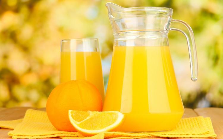 Một trong những thực phẩm cần ưu tiên là nước cam.