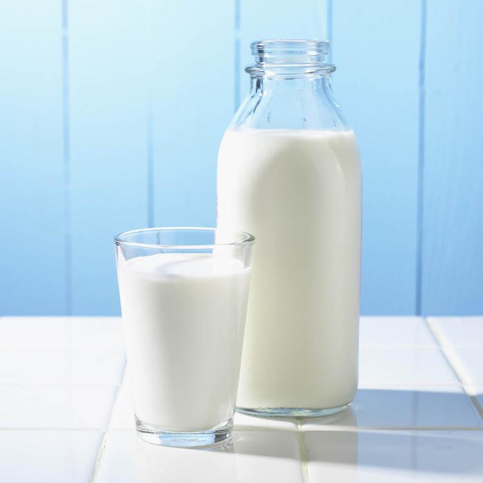 Khi uống sữa bò không được cho thêm đường đỏ, nhưng có thể cho một lượng vừa phải đường trắng.