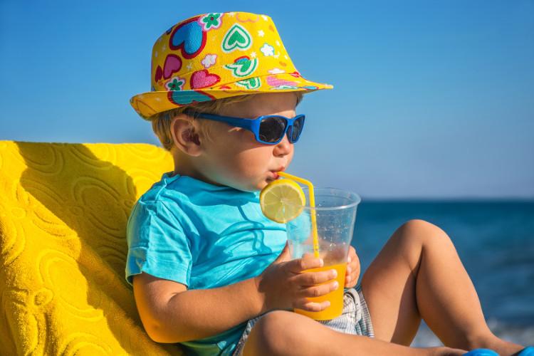 Cho bé uống đủ nước, đủ vi chất sẽ giúp bé vừa giải nhiệt, vừa chống say nắng.