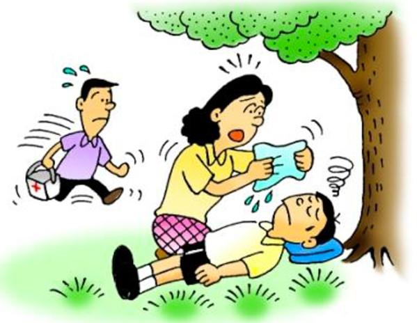 Đặt trẻ nằm ở nơi mát, cho uống nước lạnh cho đến khi trẻ cảm thấy đỡ hơn.