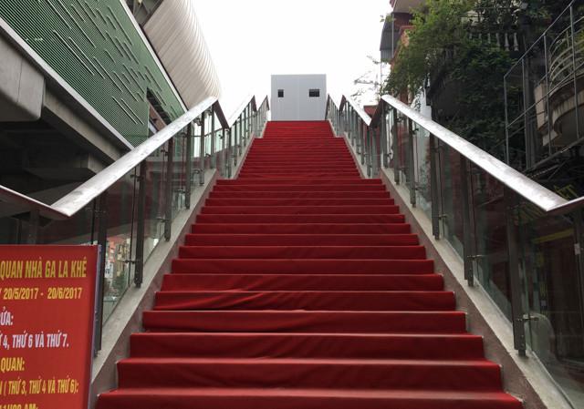 Một trong hai lối đi bộ lên nhà ga La Khê, được trải thảm nhựa chống trơn trượt