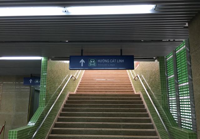 Bên dưới cầu thang lên tàu Yên Nghĩa - Cát Linh là nhà vệ sinh công cộng