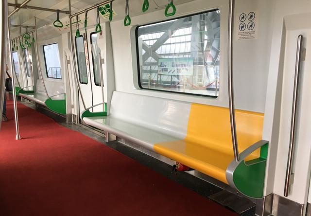 Không gian bên trong toa tàu khá rộng rãi, nội thất được làm chủ yếu từ vật liệu composite