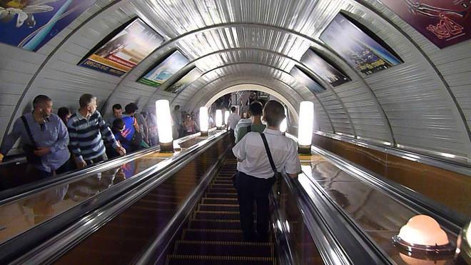 Tại mỗi nhà ga có 2 đường chạy tàu theo 2 hướng khác nhau.