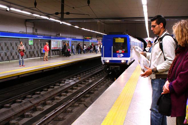 Theo dõi hành trình tại cửa ra vào tàu, bảng điện tử chạy chữ thông báo từng ga vừa đi qua/ga sắp tới.