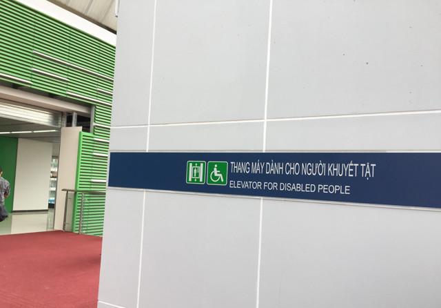 Bên cạnh cầu thang bộ lên ga, còn có hệ thống thang máy dành cho người khuyết tật