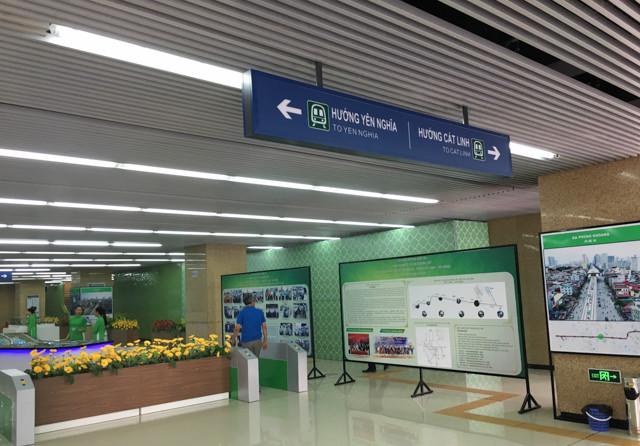 Bên trong khu trưng bày, hai bên là lối lên tầng ba cho 2 chuyến tàu khác nhau: Yên Nghĩa - Cát Linh.