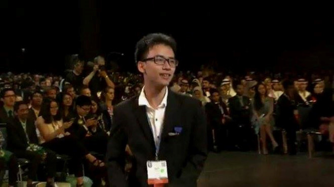 Phạm Huy bước lên bục trao giải cuộc thi Khoa học Kỹ thuật Quốc tế được tổ chức tại Mỹ.