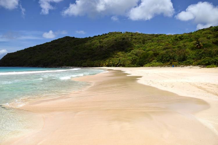 Rác thải ngập trên các bãi cát, dưới bờ biển... gây ra sự mất mỹ quan và ô nhiễm nặng ở đây.