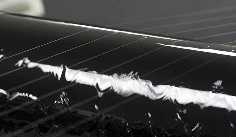 Các sợi siêu mỏng làm từ vật liệu sinh học được ép bằng các ống cuộn ngâm ethanol.