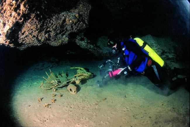 Hang động bí ẩn dưới biển