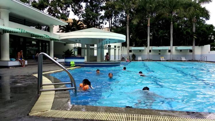 Nước bể bơi chứa clo, nước tiểu, thậm chí cả phân.