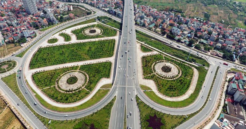 Để làm đường dẫn từ đường Võ Chí Công lên cầu Nhật Tân, đơn vị thi công đã thiết kế và xây dựng một cây cầu vượt qua đê Hữu Hồng rộng 17,5m