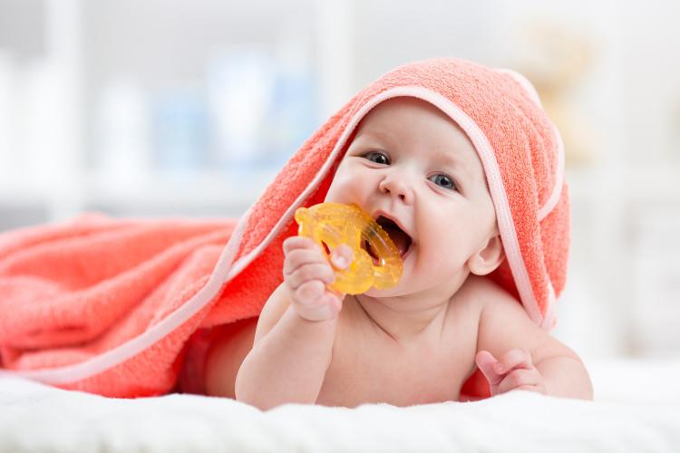 Trong những ngày nắng nóng, số người lớn và trẻ em đến khám do viêm đường hô hấp đều tăng.