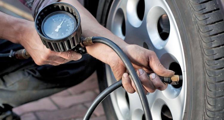 Lốp xe cần được kiểm tra thường xuyên.