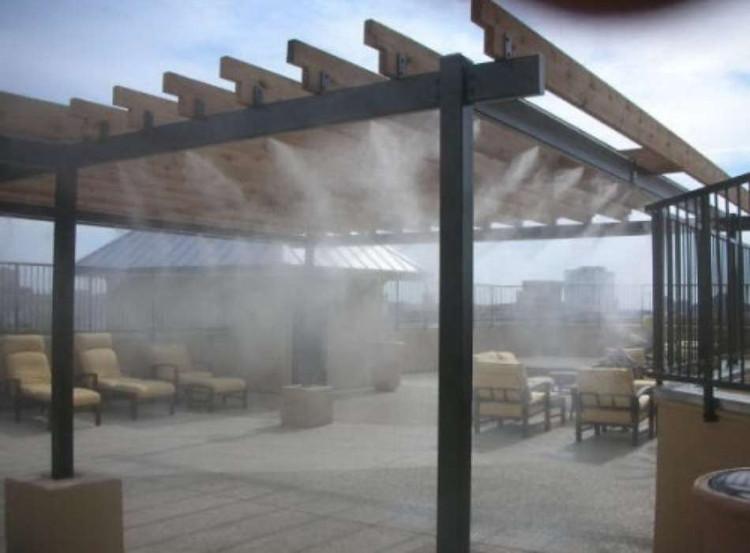 Các gia đình có thể cân nhắc chọn máy phun sương mái nhà để hạ nhiệt.