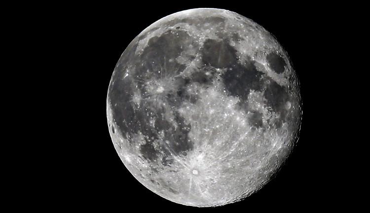 Mặt trăng cách Trái Đất thêm khoảng 4cm (1.6 inch) mỗi năm.