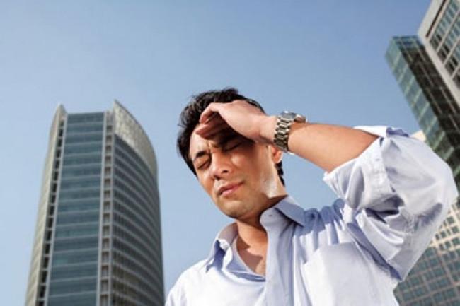 Mệt mỏi, khát nước, hoa mắt, chóng mặt... là những biểu hiện khi làm việc lâu ngoài trời nắng.