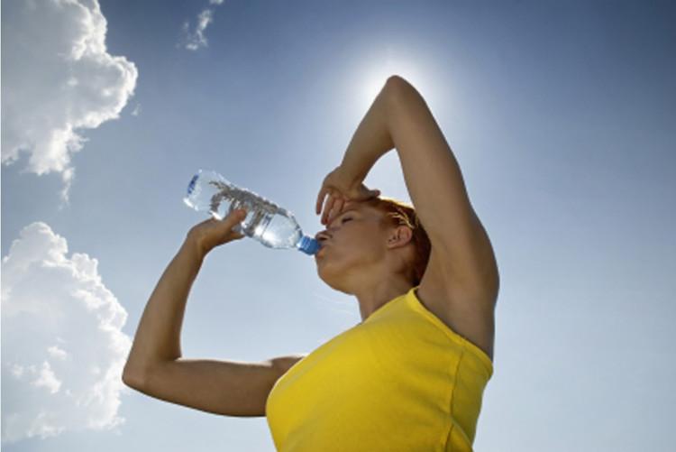 Trong thời tiết nắng nóng, cần uống đủ nước.