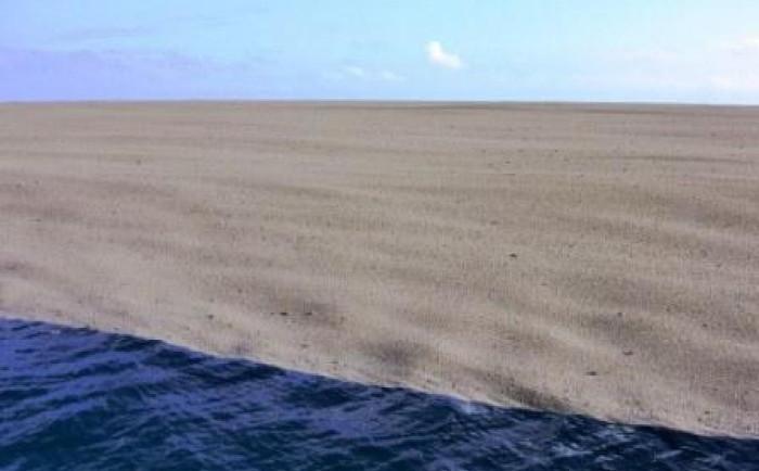 Họ phát hiện một lớp cát trên mặt biển.