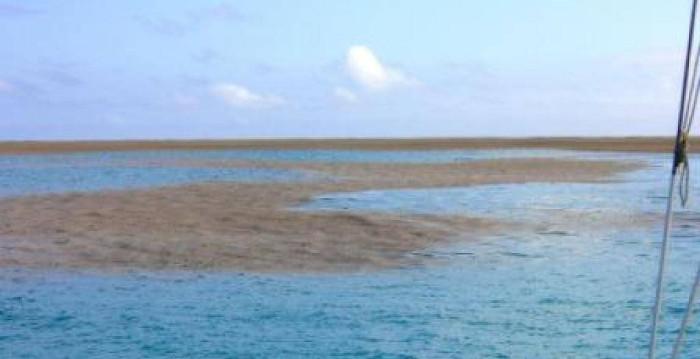 Nhìn từ xa giống như 1 cái bóng trên mặt nước vậy.