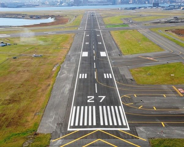 Nhiều sân bay lớn có các đường băng song song nên cần đánh số cụ thể hơn.
