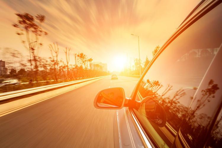 Cách này giúp tống không khí nóng ra ngoài qua cánh cửa sát ghế lái, vừa hút được không khí mát hơn vào xe qua cửa sổ được mở.