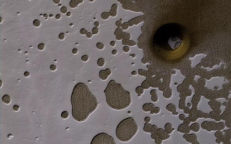 Cấu trúc hình tròn ở cực nam sao Hỏa có thể là miệng hố thiên thạch hoặc miệng hố đất sụt.